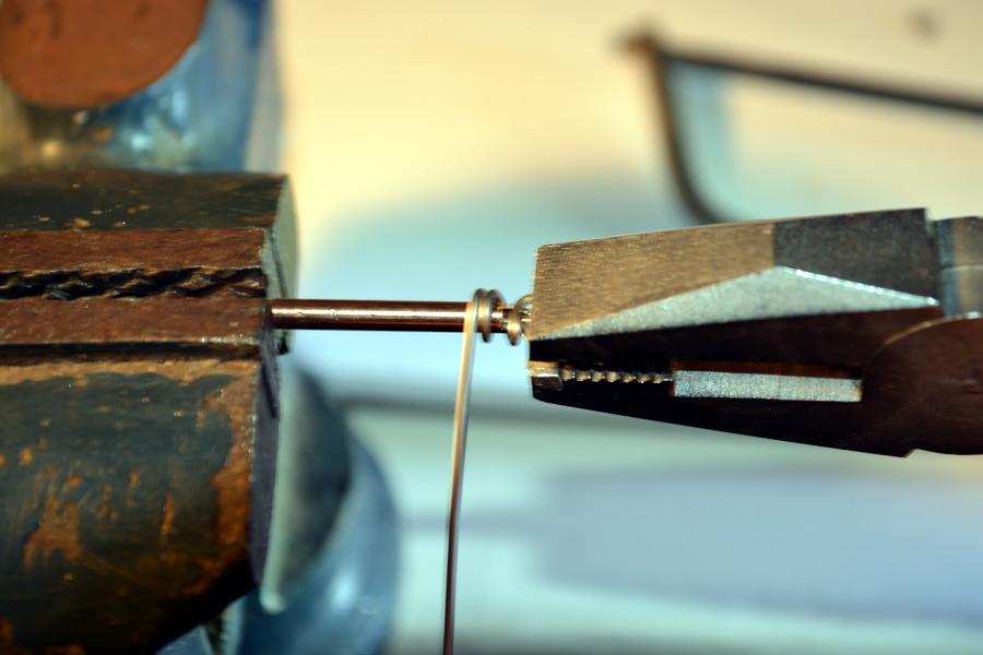 Wickeln der Spirale auf dem Metallrohr.